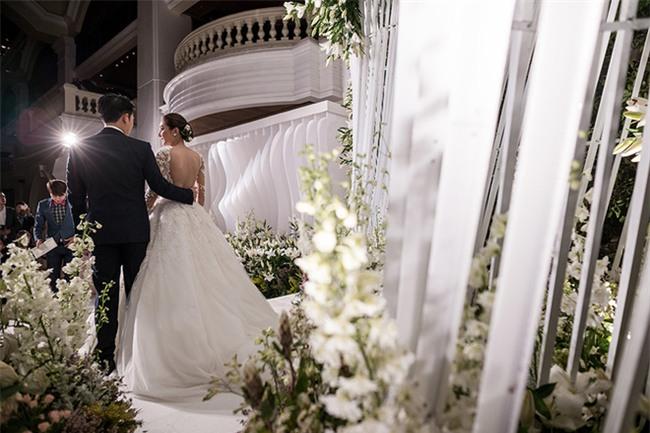 Mỹ nhân đẹp nhất nhì Thái Lan đeo nhẫn kim cương 5 carat, thay 6 bộ váy đắt đỏ trong đám cưới triệu đô - Ảnh 12.