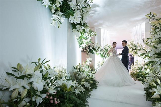 Mỹ nhân đẹp nhất nhì Thái Lan đeo nhẫn kim cương 5 carat, thay 6 bộ váy đắt đỏ trong đám cưới triệu đô - Ảnh 13.