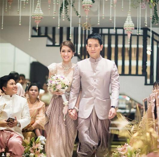 Mỹ nhân đẹp nhất nhì Thái Lan đeo nhẫn kim cương 5 carat, thay 6 bộ váy đắt đỏ trong đám cưới triệu đô - Ảnh 2.