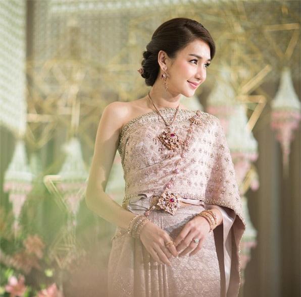Mỹ nhân đẹp nhất nhì Thái Lan đeo nhẫn kim cương 5 carat, thay 6 bộ váy đắt đỏ trong đám cưới triệu đô - Ảnh 3.