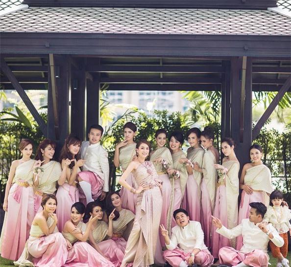 Mỹ nhân đẹp nhất nhì Thái Lan đeo nhẫn kim cương 5 carat, thay 6 bộ váy đắt đỏ trong đám cưới triệu đô - Ảnh 4.