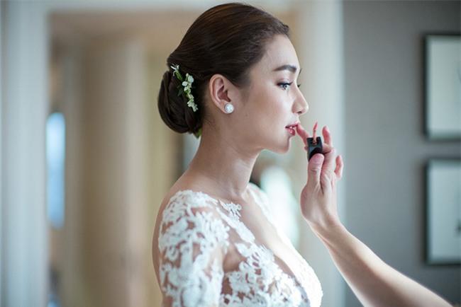 Mỹ nhân đẹp nhất nhì Thái Lan đeo nhẫn kim cương 5 carat, thay 6 bộ váy đắt đỏ trong đám cưới triệu đô - Ảnh 5.