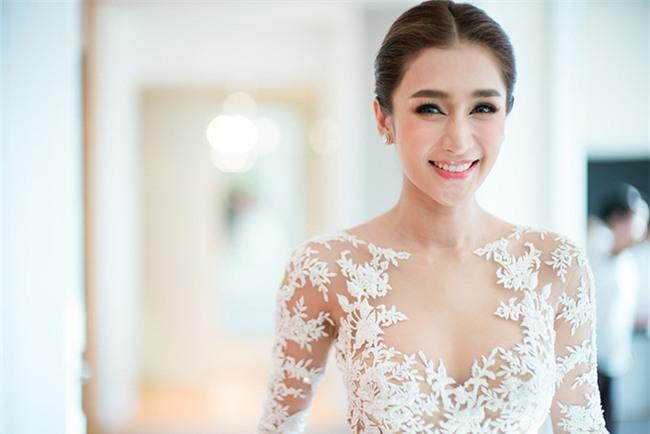 Mỹ nhân đẹp nhất nhì Thái Lan đeo nhẫn kim cương 5 carat, thay 6 bộ váy đắt đỏ trong đám cưới triệu đô - Ảnh 6.