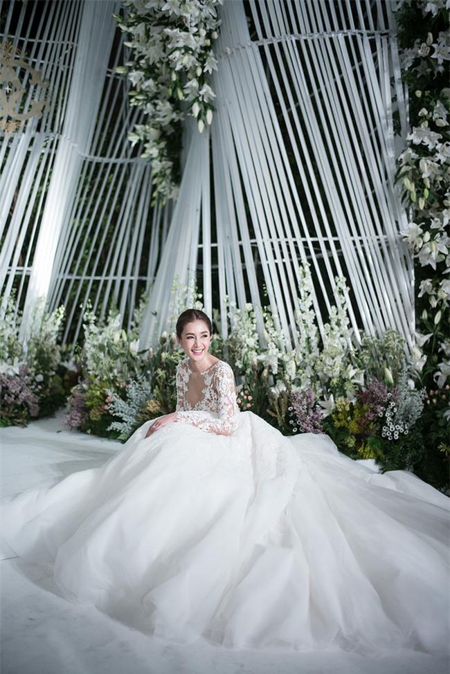 Mỹ nhân đẹp nhất nhì Thái Lan đeo nhẫn kim cương 5 carat, thay 6 bộ váy đắt đỏ trong đám cưới triệu đô - Ảnh 8.