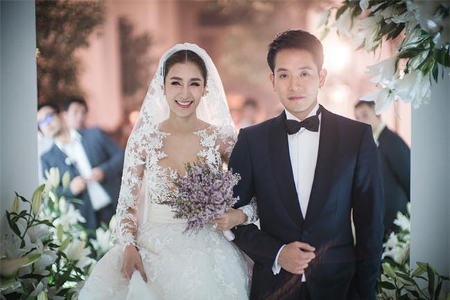 Mỹ nhân đẹp nhất nhì Thái Lan đeo nhẫn kim cương 5 carat, thay 6 bộ váy đắt đỏ trong đám cưới triệu đô - Ảnh 9.