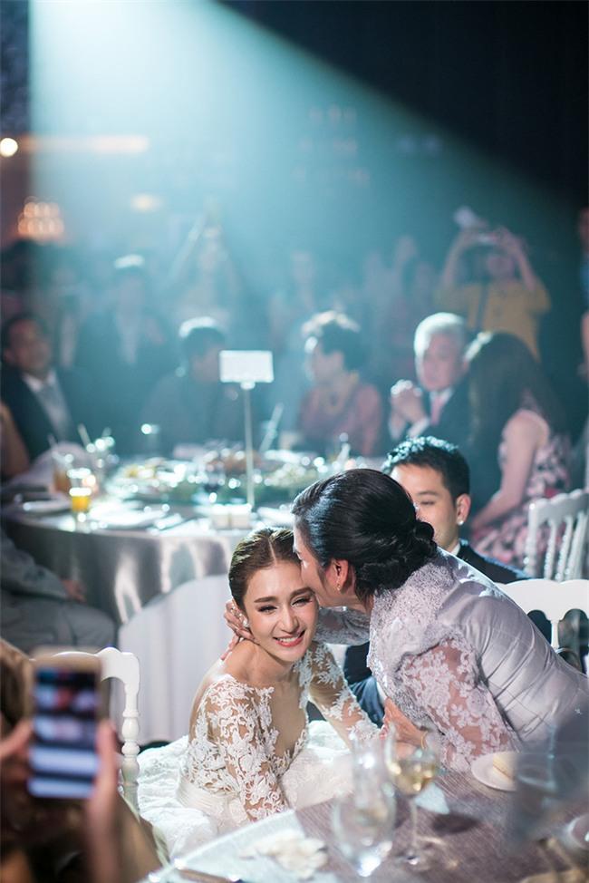 Mỹ nhân đẹp nhất nhì Thái Lan đeo nhẫn kim cương 5 carat, thay 6 bộ váy đắt đỏ trong đám cưới triệu đô - Ảnh 22.