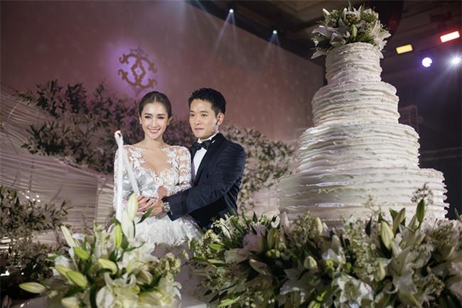 Mỹ nhân đẹp nhất nhì Thái Lan đeo nhẫn kim cương 5 carat, thay 6 bộ váy đắt đỏ trong đám cưới triệu đô - Ảnh 23.