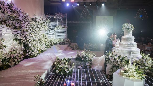 Mỹ nhân đẹp nhất nhì Thái Lan đeo nhẫn kim cương 5 carat, thay 6 bộ váy đắt đỏ trong đám cưới triệu đô - Ảnh 25.