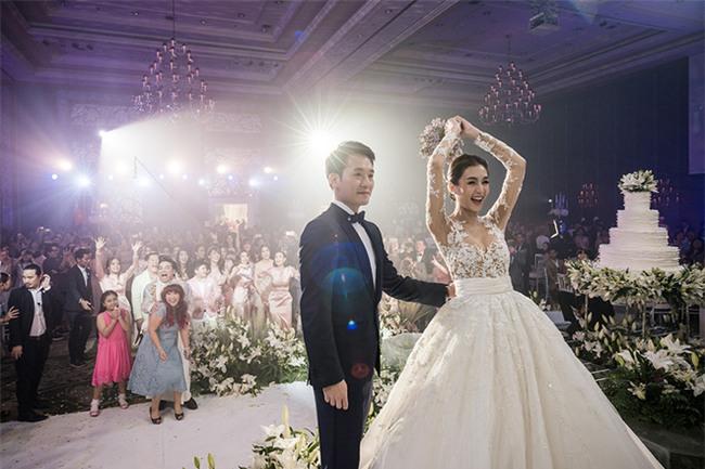 Mỹ nhân đẹp nhất nhì Thái Lan đeo nhẫn kim cương 5 carat, thay 6 bộ váy đắt đỏ trong đám cưới triệu đô - Ảnh 27.