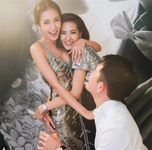 Mỹ nhân đẹp nhất nhì Thái Lan đeo nhẫn kim cương 5 carat, thay 6 bộ váy đắt đỏ trong đám cưới triệu đô - Ảnh 31.