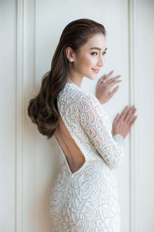 Mỹ nhân đẹp nhất nhì Thái Lan đeo nhẫn kim cương 5 carat, thay 6 bộ váy đắt đỏ trong đám cưới triệu đô - Ảnh 33.
