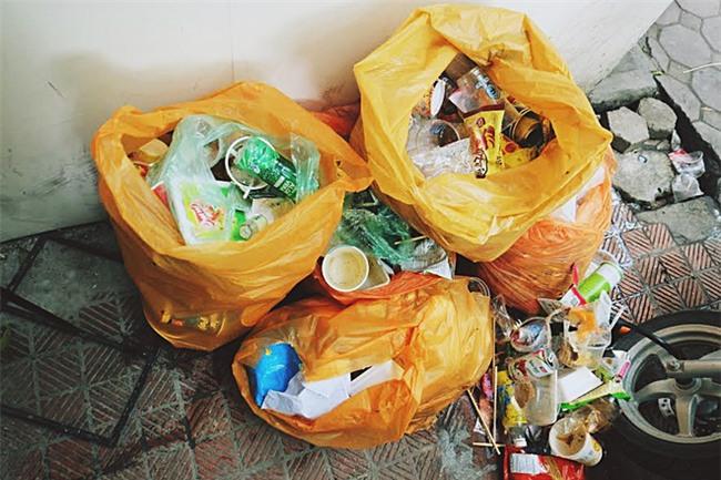 Ngao ngán cảnh sinh viên ôm chăn gối theo để ngủ, xả rác bừa bãi trong các cửa hàng tiện lợi - Ảnh 12.