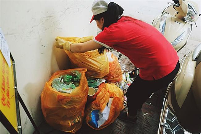 Ngao ngán cảnh sinh viên ôm chăn gối theo để ngủ, xả rác bừa bãi trong các cửa hàng tiện lợi - Ảnh 13.