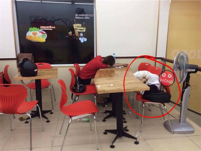 Ngao ngán cảnh sinh viên ôm chăn gối theo để ngủ, xả rác bừa bãi trong các cửa hàng tiện lợi - Ảnh 3.