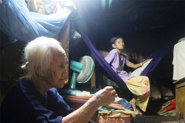 Rơi nước mắt chuyện người mẹ già 91 tuổi có 6 đứa con, cuối đời phải lượm ve chai nuôi con tâm thần - Ảnh 2.