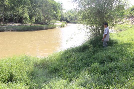 Bé gái 8 tuổi thoát chết sau khi bị sàm sỡ và ném xuống sông - Ảnh 2.