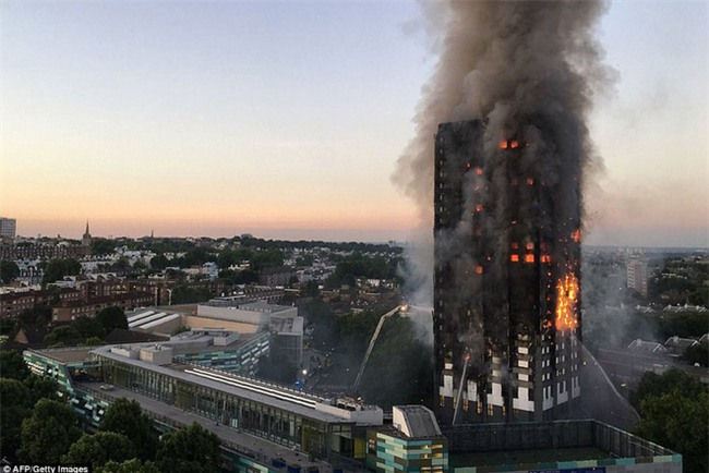 Anh: 600 người có mặt trong tòa tháp 27 tầng khi vụ cháy xảy ra, con số thương vong lớn - Ảnh 1.
