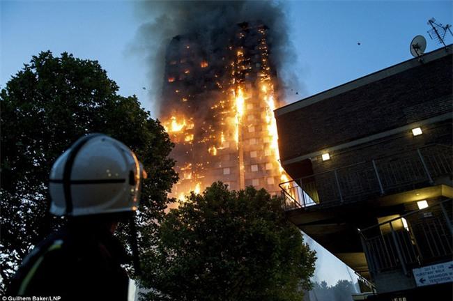 Anh: 600 người có mặt trong tòa tháp 27 tầng khi vụ cháy xảy ra, con số thương vong lớn - Ảnh 2.