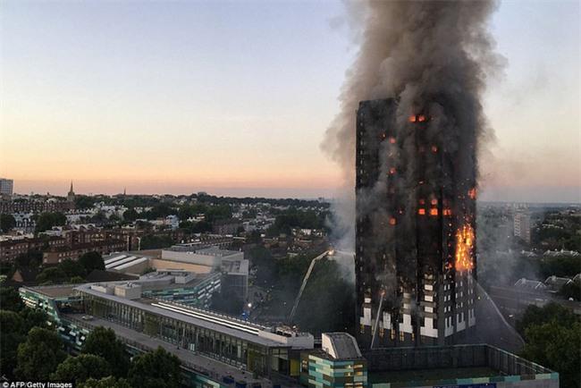 Khung cảnh rợn người sau khi ngọn lửa kinh hoàng nuốt chửng tòa tháp 27 tầng ở London - Ảnh 12.
