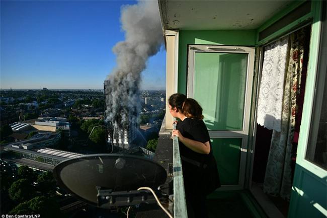 Khung cảnh rợn người sau khi ngọn lửa kinh hoàng nuốt chửng tòa tháp 27 tầng ở London - Ảnh 13.
