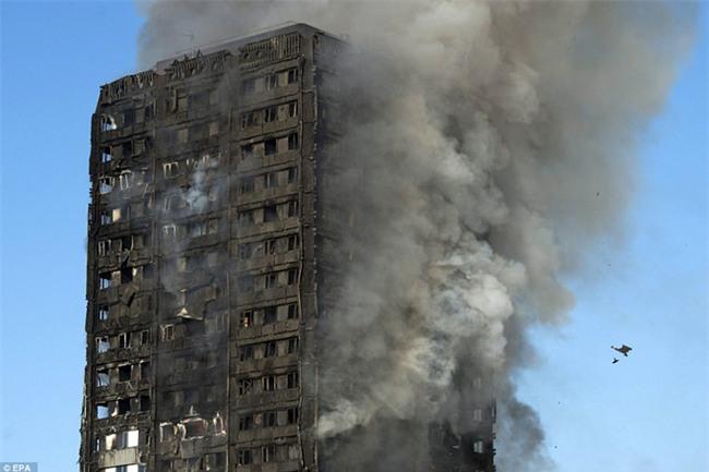 Khung cảnh rợn người sau khi ngọn lửa kinh hoàng nuốt chửng tòa tháp 27 tầng ở London - Ảnh 16.