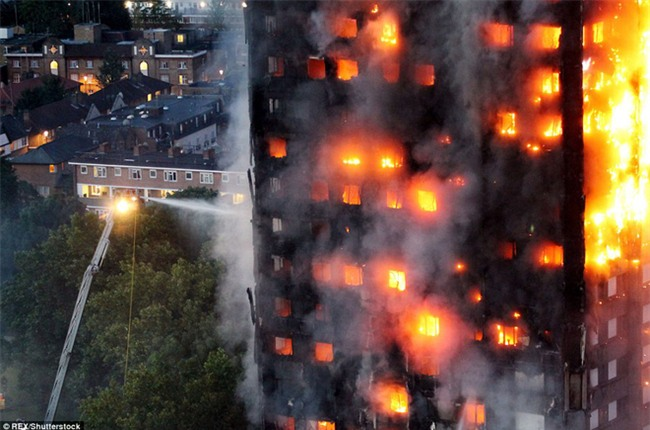 Khung cảnh rợn người sau khi ngọn lửa kinh hoàng nuốt chửng tòa tháp 27 tầng ở London - Ảnh 4.