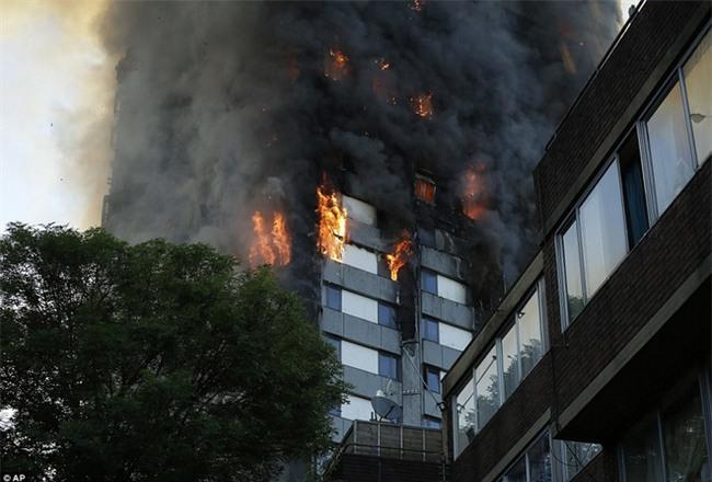 Khung cảnh rợn người sau khi ngọn lửa kinh hoàng nuốt chửng tòa tháp 27 tầng ở London - Ảnh 9.