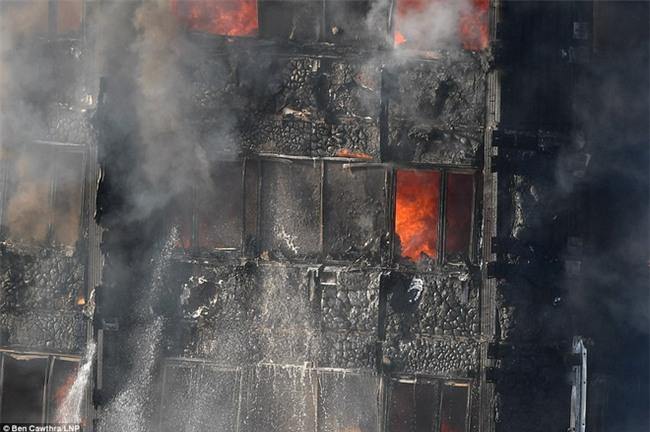 Khung cảnh rợn người sau khi ngọn lửa kinh hoàng nuốt chửng tòa tháp 27 tầng ở London - Ảnh 10.