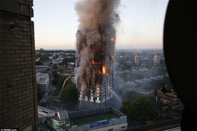 Khung cảnh rợn người sau khi ngọn lửa kinh hoàng nuốt chửng tòa tháp 27 tầng ở London - Ảnh 11.
