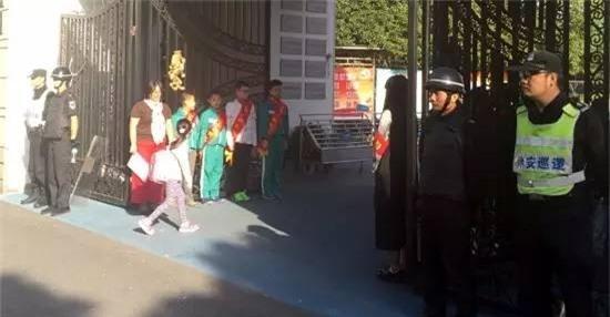 Bé gái 6 tuổi bị tên biến thái quấy rối tình dục ngay trước cổng trường - Ảnh 1.
