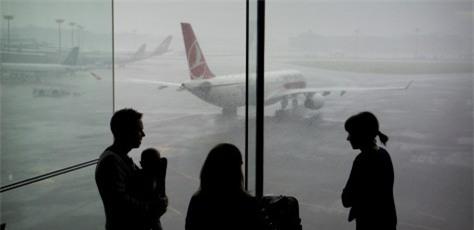 Tại sao cả gia đình không nên ngồi cùng một chuyến bay? - Ảnh 1.