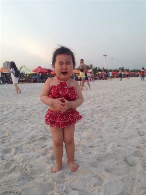 Bé gái siêu đáng yêu khóc tu tu trong lần đầu đi biển vì bẩn hết chân con khiến các mẹ không thể nhịn cười - Ảnh 1.
