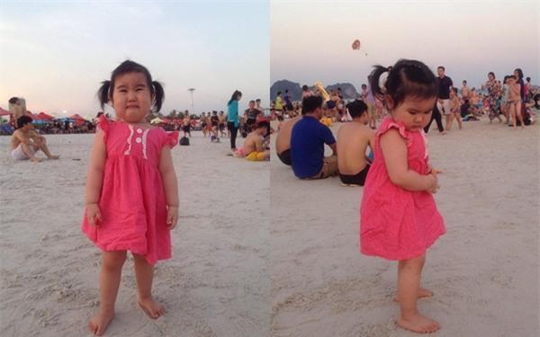 Bé gái siêu đáng yêu khóc tu tu trong lần đầu đi biển vì bẩn hết chân con khiến các mẹ không thể nhịn cười - Ảnh 2.