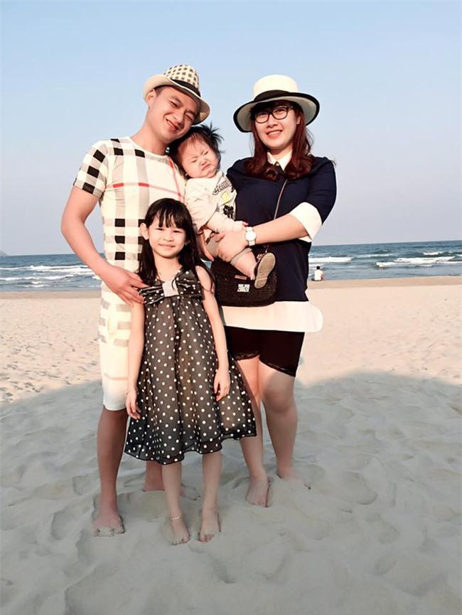 Bé gái siêu đáng yêu khóc tu tu trong lần đầu đi biển vì bẩn hết chân con khiến các mẹ không thể nhịn cười - Ảnh 4.