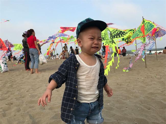 Bé gái siêu đáng yêu khóc tu tu trong lần đầu đi biển vì bẩn hết chân con khiến các mẹ không thể nhịn cười - Ảnh 6.
