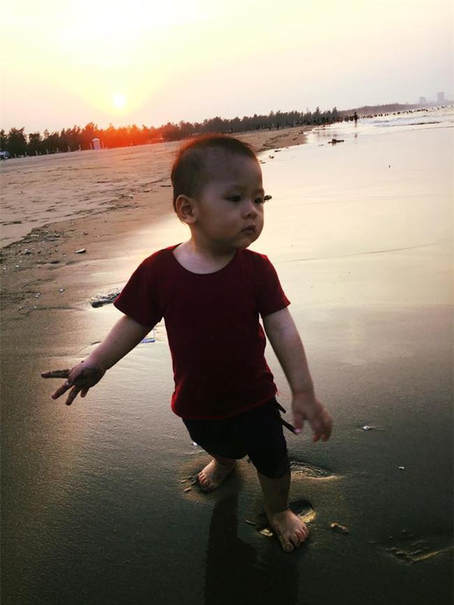 Bé gái siêu đáng yêu khóc tu tu trong lần đầu đi biển vì bẩn hết chân con khiến các mẹ không thể nhịn cười - Ảnh 7.