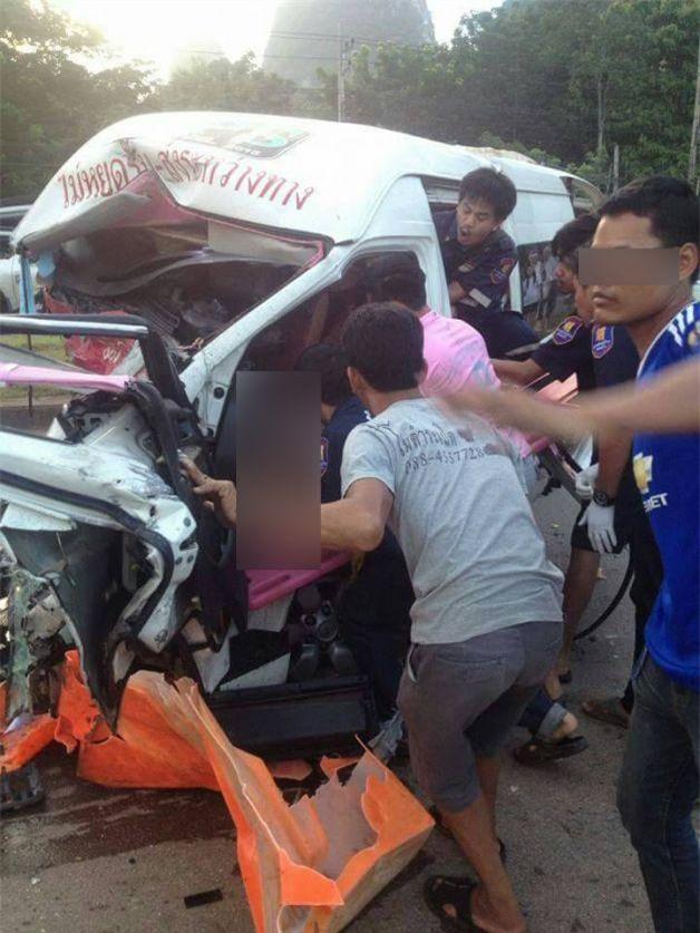 Thái Lan: Xe khách 16 chỗ đâm vào xe bán tải làm 4 người thiệt mạng, trong đó có một phụ nữ người Việt - Ảnh 3.
