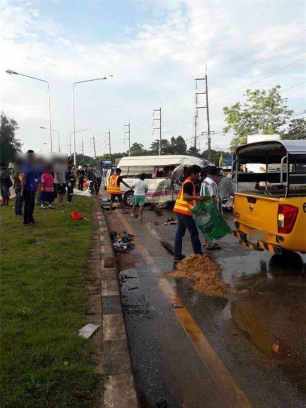 Thái Lan: Xe khách 16 chỗ đâm vào xe bán tải làm 4 người thiệt mạng, trong đó có một phụ nữ người Việt - Ảnh 4.
