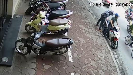 Hà Nội: Vào cửa hàng mua quần áo, khách bị mất xe Lead sau 3 phút - Ảnh 4.
