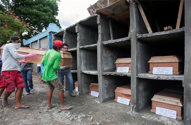 Quan tài chứa thi thể của các dân thường thiệt mạng trong các cuộc giao tranh tại Marawi được tập kết tại một nghĩa trang ở thành phố Iligan, Philippines để tổ chức lễ tang tập thể (Ảnh: Reuters)