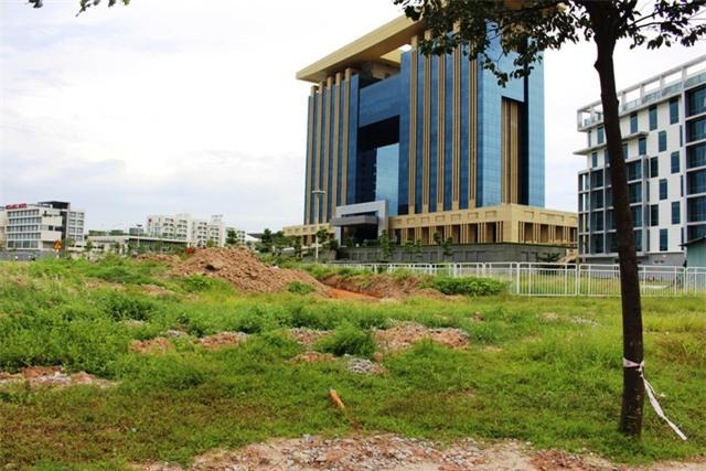  Bãi đất hoang ngay sau Trung tâm hành chính hoành tráng