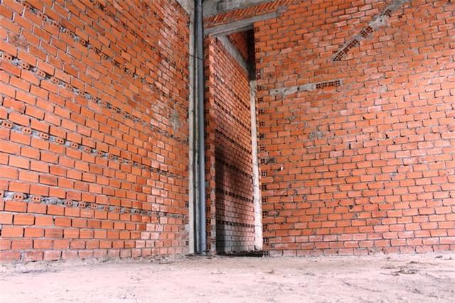 Nhiều căn nhà xây thô xong rồi bỏ hoang vì hoàn thiện xong cũng khó khai thác cho thuê hoặc sinh sống.