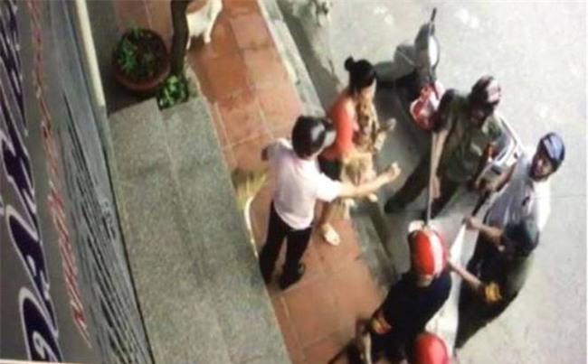 """Sự thật thông tin cán bộ phường ở Hải Dương mang gậy """"cướp chó"""" của người dân"""