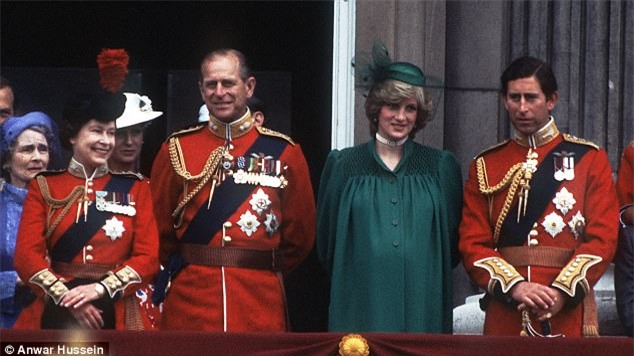 Muốn được chú ý, Công nương Diana quăng mình xuống cầu thang, đâm nát ngực lúc mang bầu; Charles chỉ lạnh nhạt: Em làm trò - Ảnh 1.