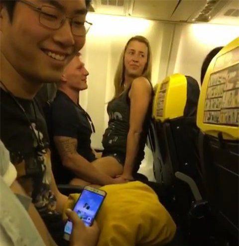 Sự thật gây sốc không kém về người phụ nữ tóc vàng trong đoạn video tình tứ thái quá trên máy bay - Ảnh 1.