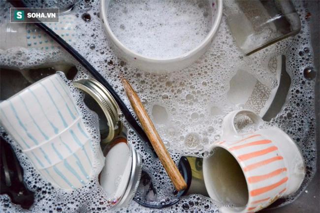 Rửa thớt bằng nước rửa bát: Sai lầm nghiêm trọng khiến bạn đang rước bệnh cho cả nhà - Ảnh 2.