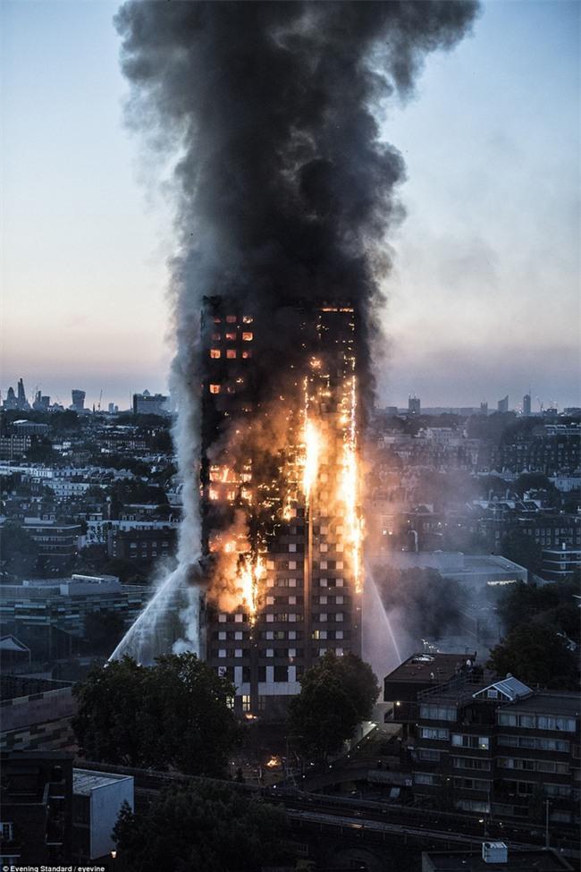 Hình ảnh bé gái 4 tuổi được người đi đường bắt trúng sau khi được mẹ ném từ tòa tháp đang cháy ở London - Ảnh 1.