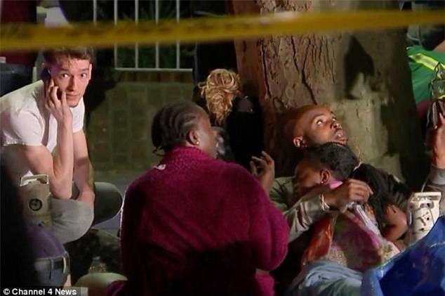 Hình ảnh bé gái 4 tuổi được người đi đường bắt trúng sau khi được mẹ ném từ tòa tháp đang cháy ở London - Ảnh 2.