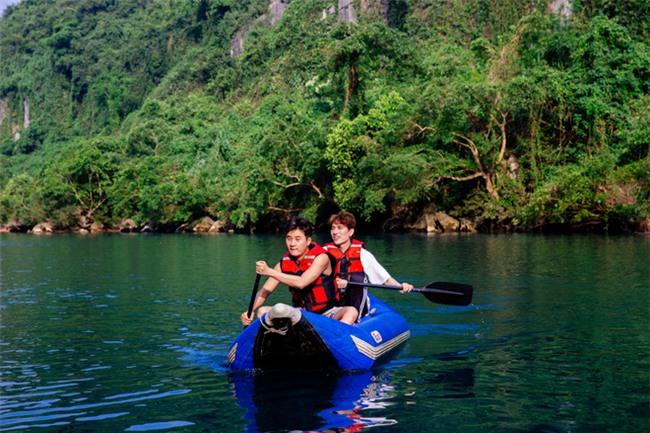 Hồ Ngọc Hà bất chấp nỗi sợ, leo trèo thám hiểm Động Thiên Đường cùng rapper Basick - Ảnh 14.