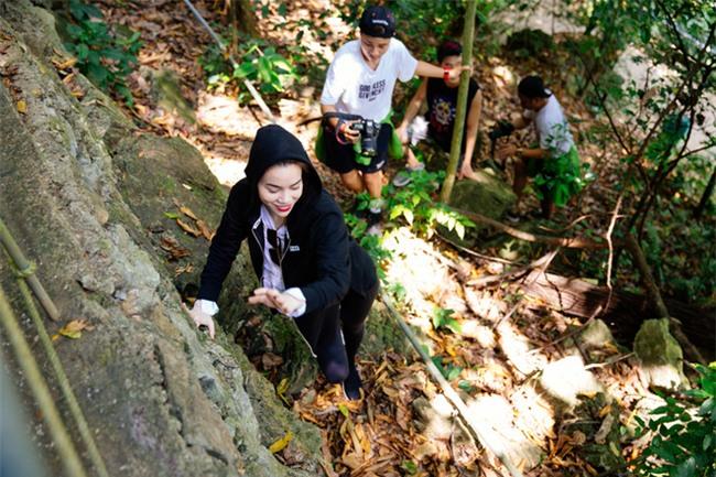 Hồ Ngọc Hà bất chấp nỗi sợ, leo trèo thám hiểm Động Thiên Đường cùng rapper Basick - Ảnh 4.